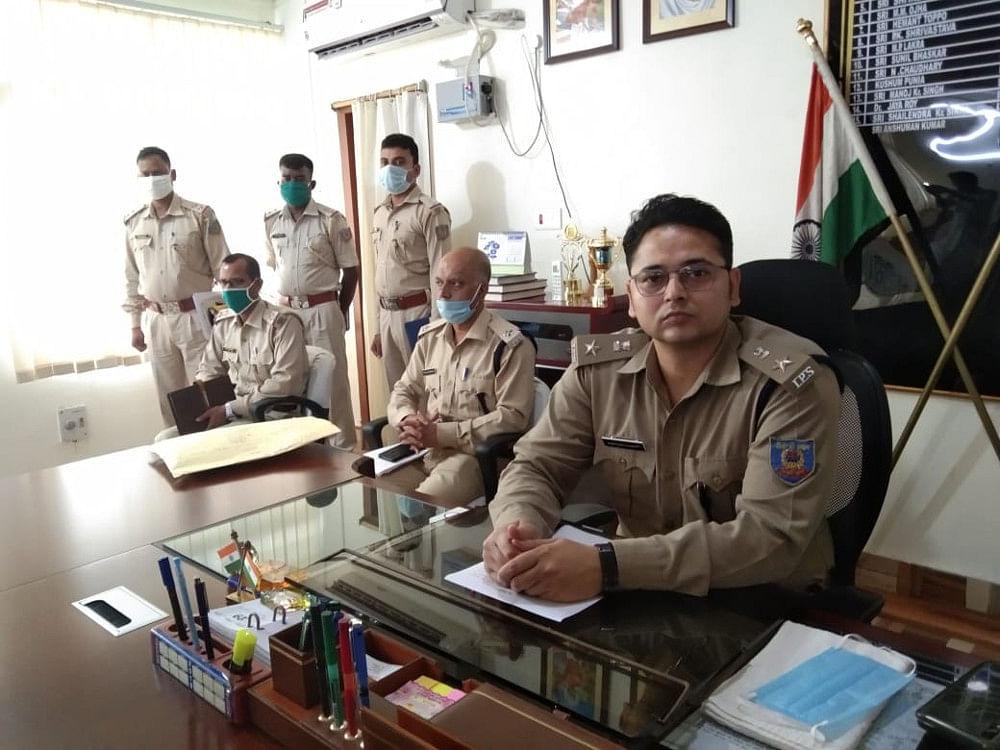 Jharkhand news : पत्रकारों को जानकारी देते एसपी. साथ में अन्य पुलिस पदाधिकारी.