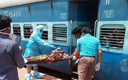 ओडिशा में श्रमिक विशेष ट्रेन में महिला ने दिया बच्चे को जन्म
