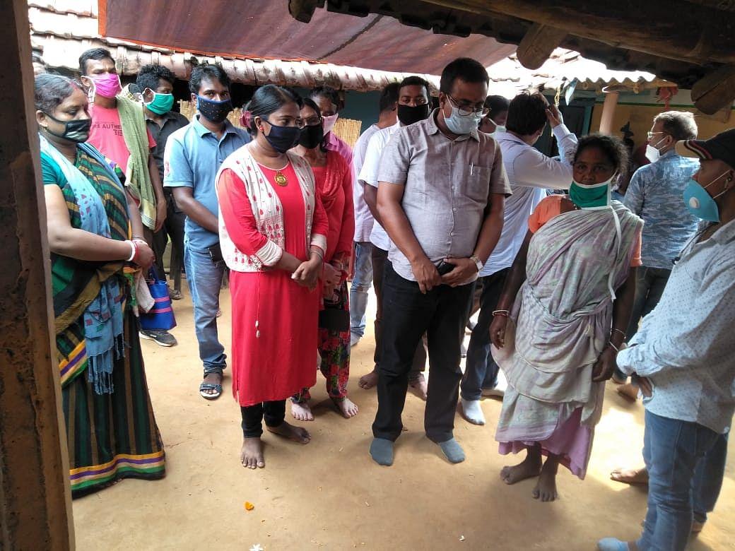 अधिकारियों ने शहीद के घर जाकर परिवार के साथ बातचीत कर गणेश हांसदा के अंतिम संस्कार की तैयारियां शुरू की.