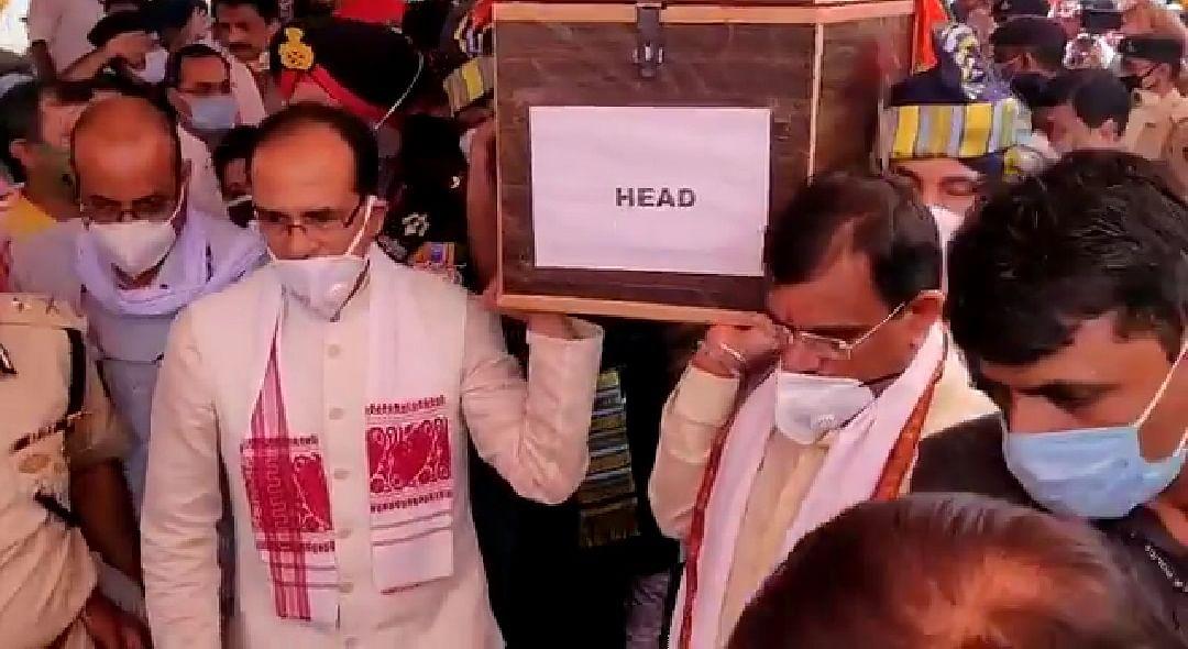 सीएम ने कांधा देकर शहीदों को दी अंतिम विदाई