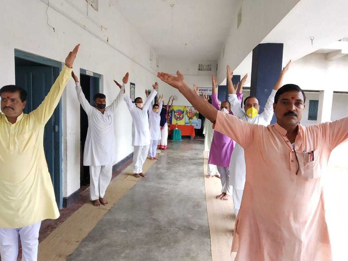झारखंड : गढ़वा में अंतरराष्ट्रीय योग दिवस तैयारियां, सरस्वती विद्या मंदिर में चल रही प्रैक्टिस