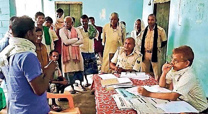 जनता दरबार में तंबाकू रगड़ते बिहार पुलिस के दारोगा का वीडियो वायरल, हाल में ही नशा मुक्ति का लिया था शपथ