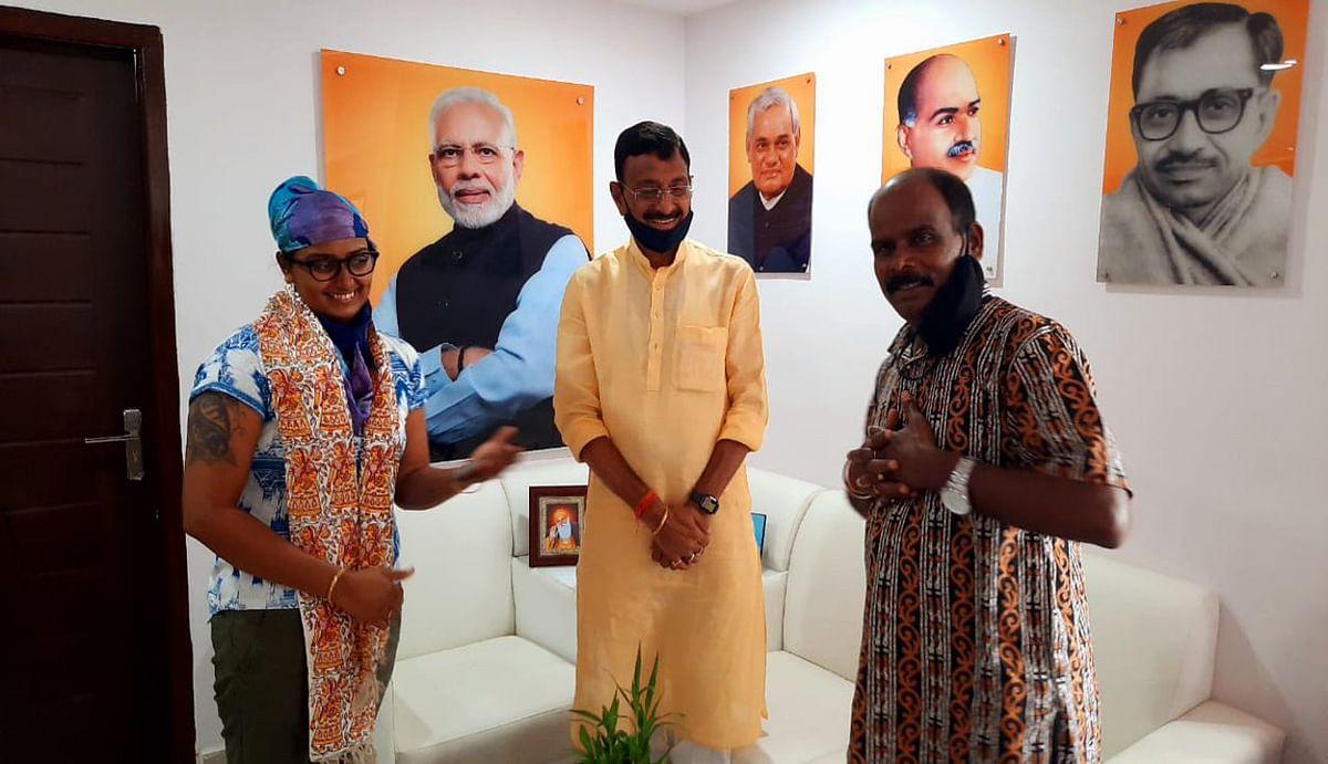 अंतरराष्ट्रीय तीरंदाज पद्मश्री दीपिका कुमारी अपने पिता के साथ रांची के सांसद संजय सेठ से की मुलाकात.