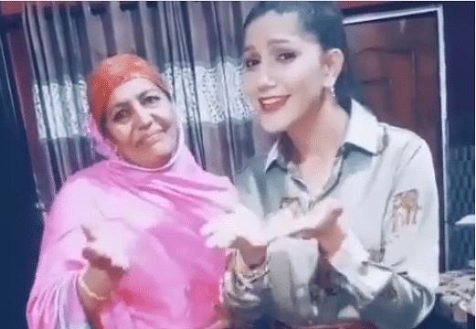 VIDEO : सपना चौधरी ने अपनी मां के साथ किया धमाकेदार डांस, वीडियो देख फैंस के उड़े होश