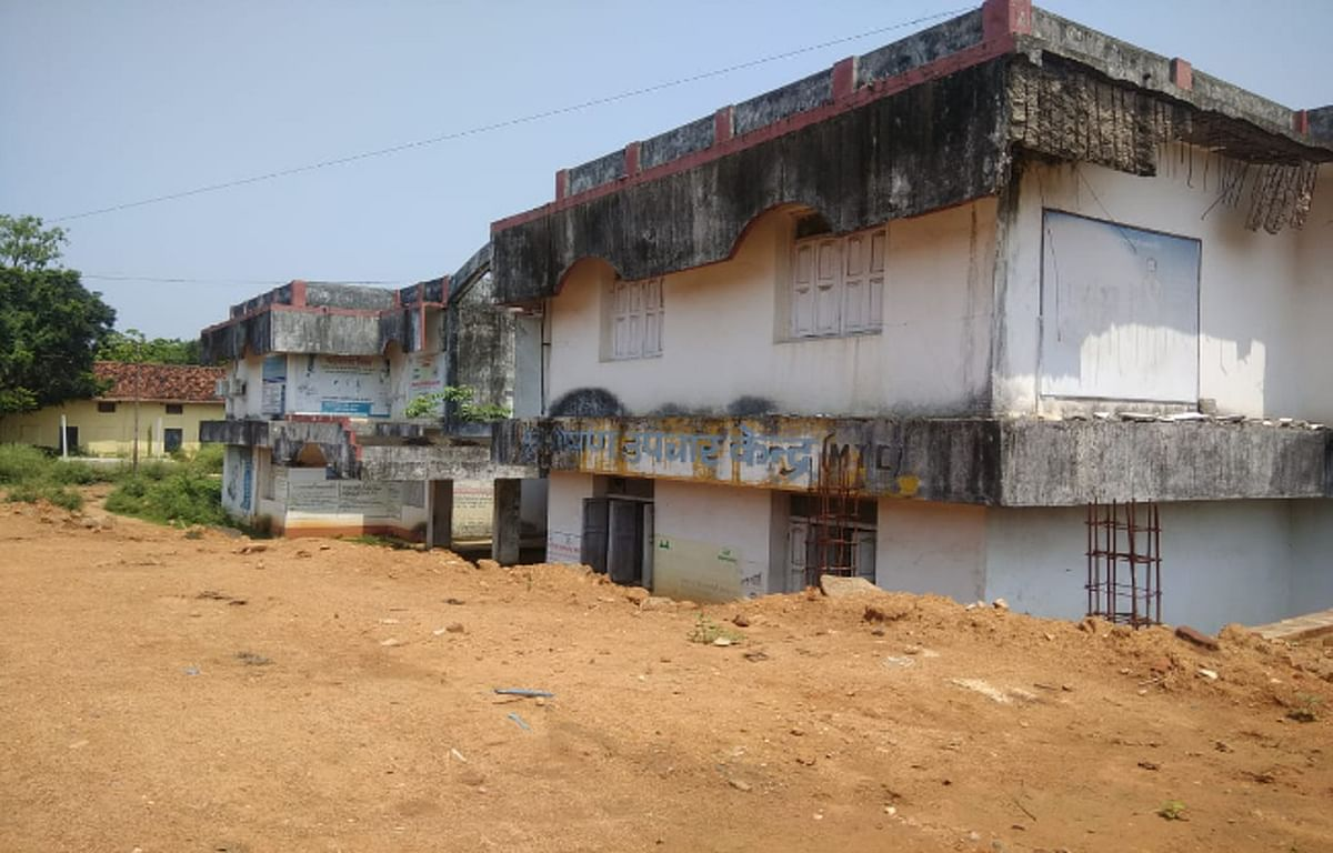 दुमका मेडिकल कॉलेज अस्पताल का कुपोषण उपचार केंद्र बदहाल, टूट-टूट कर गिर रहा है बिल्डिंग का छज्जा