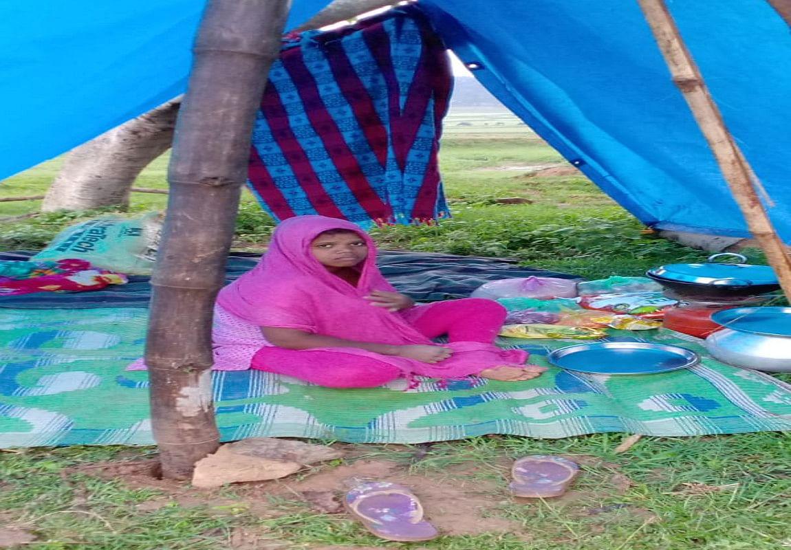 कोरोना इफेक्ट : ग्रामीणों ने गर्भवती महिला को गांव में प्रवेश करने से किया मना, तंबू में रहने को हुई मजबूर