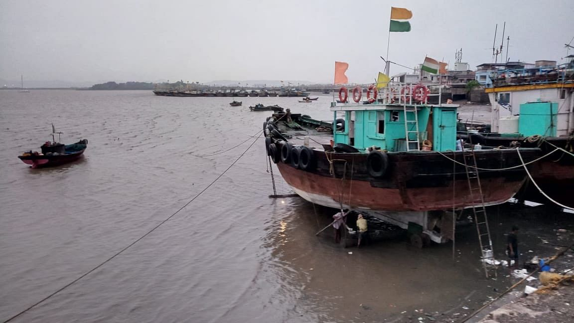 Cyclone Nisarga Live Updates, Video, Photos : मुंबई के उत्तरी तट से कुछ ही देर में  टकराएगा निसर्ग, यूपी के 20 जिलों में अलर्ट जारी