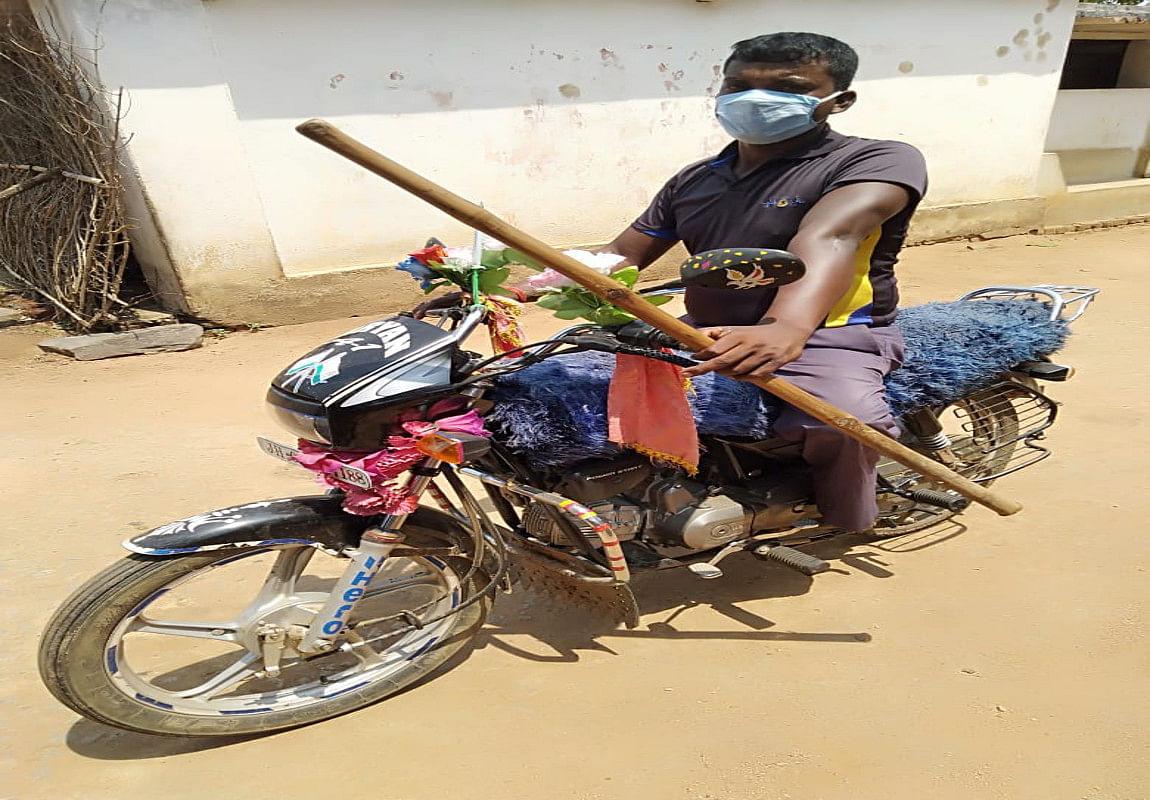 बाइक चलाते दिव्यांग जीना राम सोरेन.
