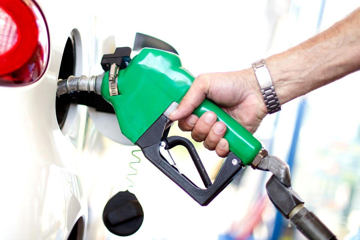 Petrol Diesel Price : पेट्रोल-डीजल की बढ़ती कीमतों पर झारखंड के सत्ता पक्ष ने केंद्र की बीजेपी सरकार को घेरा, गैस सिलिंडर के दाम में वृद्धि पर भी साधा निशाना
