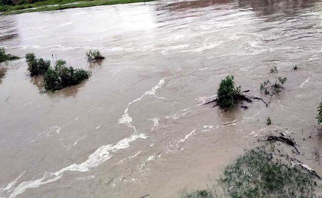बकरा नदी का कटान हो गया तेज दहशत में ग्रामीण तोड़ रहे हैं घर