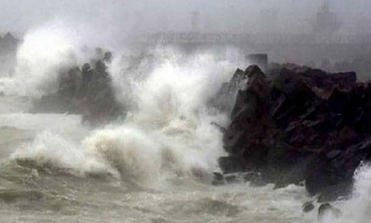 Cyclone Nisarga : महाराष्ट्र में तबाही मचाने के बाद 'निसर्ग' बढ़ रहा है मध्य प्रदेश, लोगों से घर में रहने की अपील
