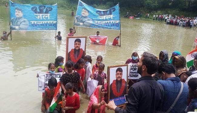 रामाश्रय सिंह हत्याकांड में इंसाफ को लेकर तख्ती लेकर तालाब में उतरे लोग, जल सत्याग्रह शुरू किया