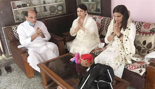 घर पर अस्थि कलश को नमन कर सुशांत सिंह राजपूत को याद करतीं बहनें और पिता