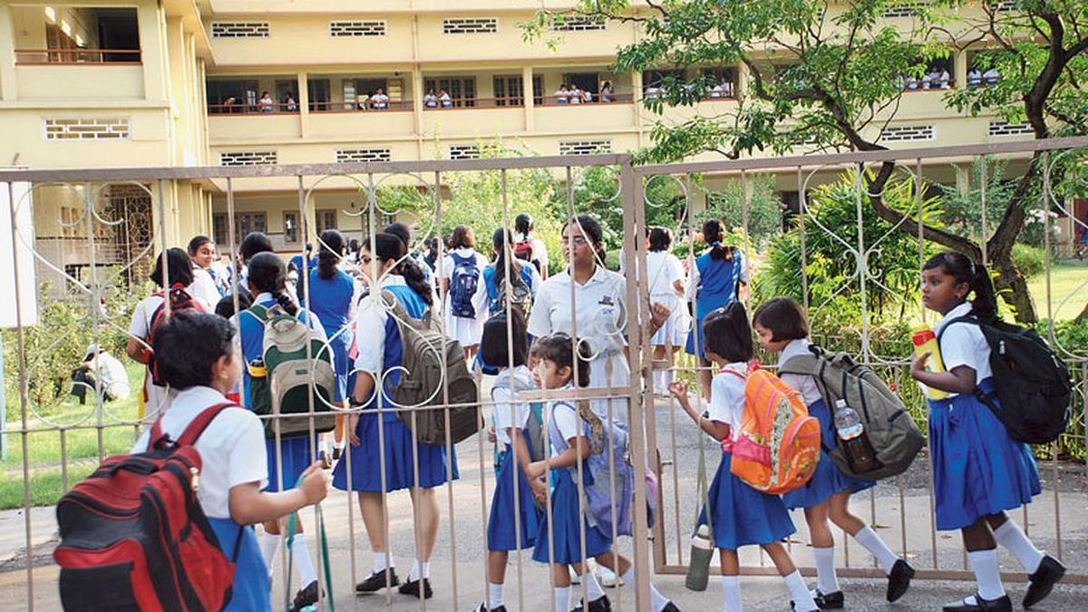 सरकार के निर्देश के बावजूद निजी स्कूल ने बढ़ाया फीस, अभिभावकों ने लगाये ये आरोप