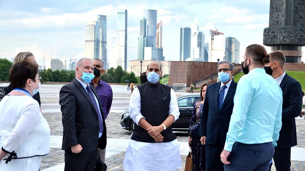 मॉस्को दौरे पर रक्षामंत्री राजनाथ, तिलमिलाए चीनी मीडिया ने कहा- भारत को हथियार न दे रूस