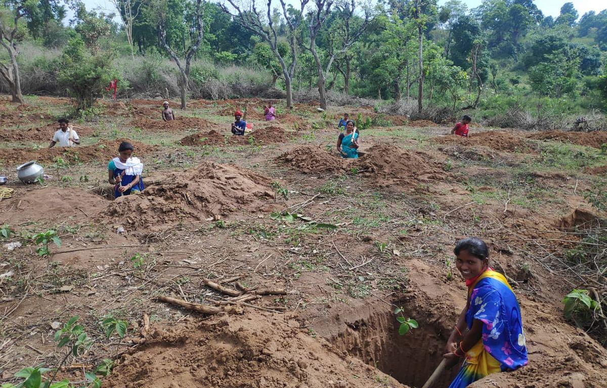 पानी रोको पौधा रोपो अभियान : खूंटी की महिलाओं ने 115 एकड़ जमीन पर गड्ढा खोद हरियाली की रखी बुनियाद