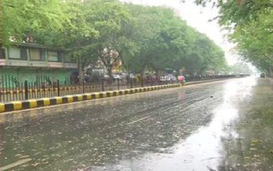 Weather Forecast Updates : दिल्ली NCR में अचानक बदला मौसम, तेज आंधी के साथ झमाझम बारिश शुरू