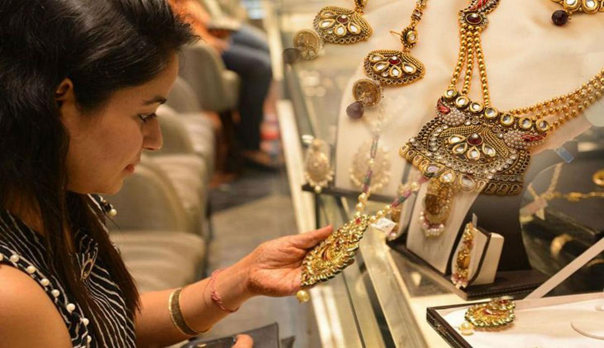 Gold Price Latest Updates : सोने की कीमत में आई बड़ी गिरावट, घर में है शादी तो आज ही करें खरीदारी