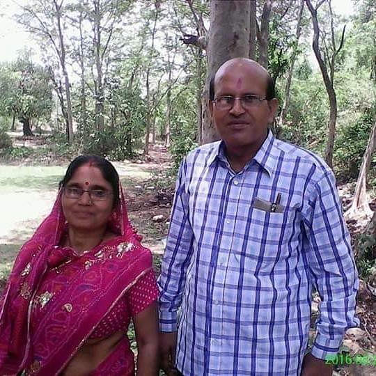 लॉकडाउन में जमशेदपुर के शत्रुघ्न को आया पत्नी मीना को उद्यमी बनाने का आइडिया, टाटा स्टील में मुफ्त बांट रहे मास्क