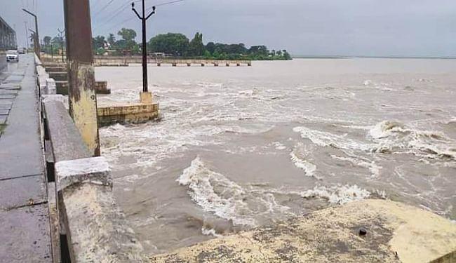 गंडक में उछाल से तटबंधों पर बढ़ा दबाव, पश्चिमी चंपारण के निचले इलाकों में आयी बाढ़