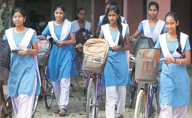 यूपी में कामगारों की बेटियों को हाइस्कूल उत्तीर्ण करने पर मिलेगी साइकिल, इस शर्त को करना होगा पूरा...
