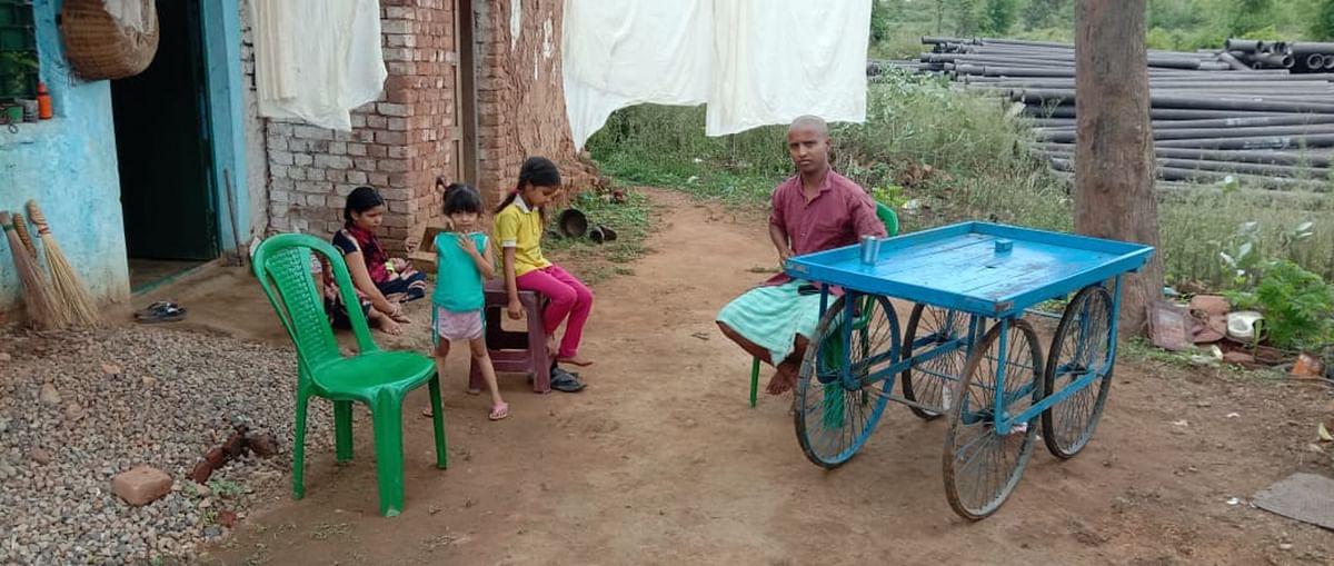 मुंबई से लौटे झारखंड के प्रवासी श्रमिक ने होम कोरेंटिन में लगायी फांसी, 1100 लोगों की आबादी वाले गांव में शव को कंधा देने नहीं आये चार लोग
