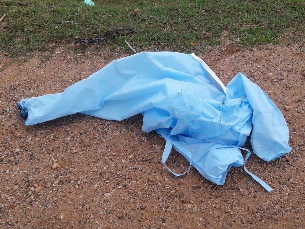 सड़क पर पीपीई किट मिलने से लोगों में दहशत, प्रशासन पर लापरवाही का आरोप