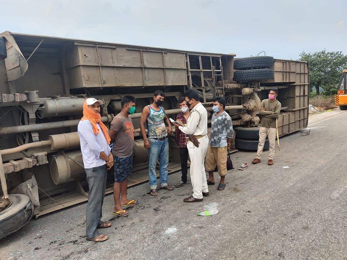 गुजरात से पश्चिम बंगाल जा रही बस पलटी, एक प्रवासी मजदूर की मौत, एक दर्जन से अधिक घायल