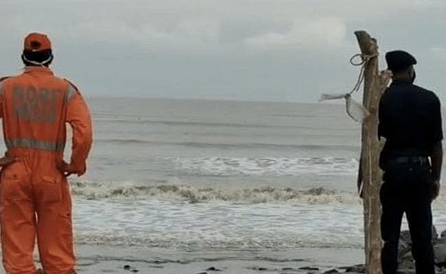 मौके पर तटीय इलाकों में NDRF की टीम समुद्र के तट पर खड़े दिखाई दिये और वहां पर हर आने जाने वालों को चेतावनी देते रहे.