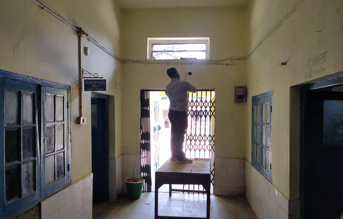 बिशुनपुर प्रखंड कार्यालय परिसर में लगा सीसीटीवी, कर्मी और दलालों पर रहेगी नजर