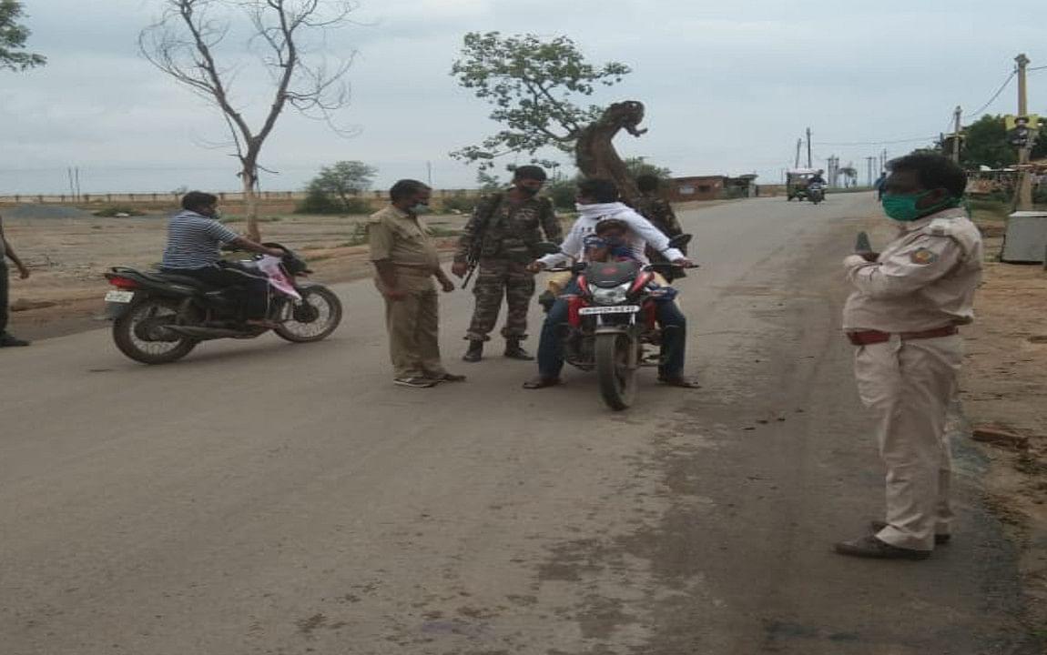 बड़कागांव में चला वाहन चेकिंग अभियान, बिना हेलमेट व मास्क लगाये लोगों का कटा चालान