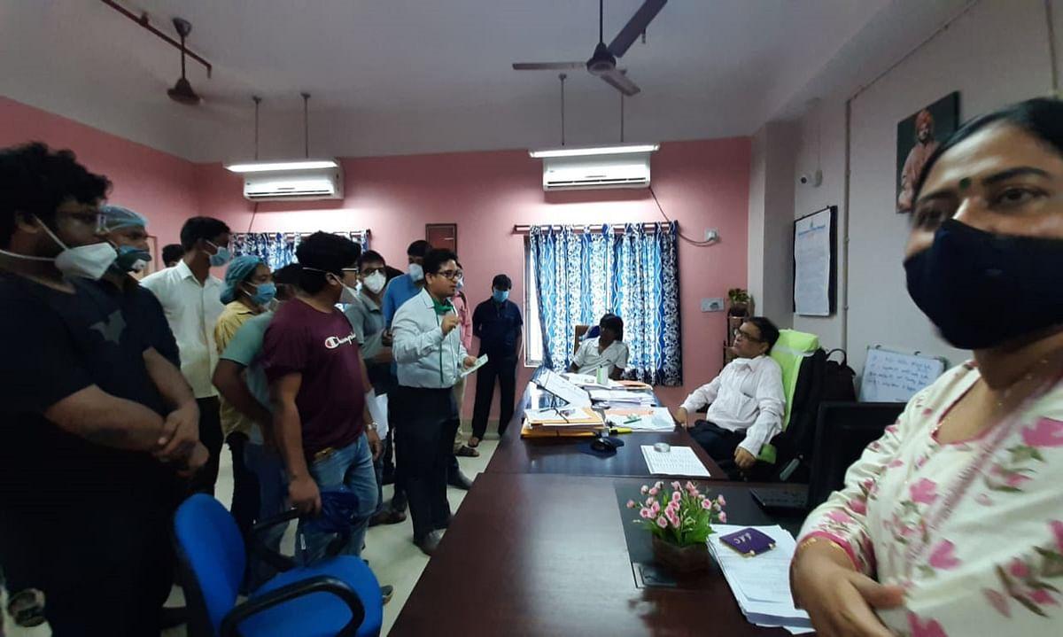 मालदा मेडिकल कॉलेज के डॉक्टर्स, नर्स व स्वास्थ्यकर्मियों ने दी हड़ताल की चेतावनी, प्रिसिंपल को सौंपा ज्ञापन