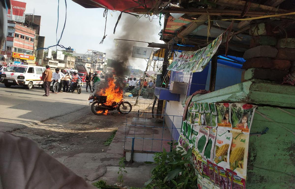 ट्रैफिक पुलिस ने जुर्माना लगाया, तो जला दी बाइक