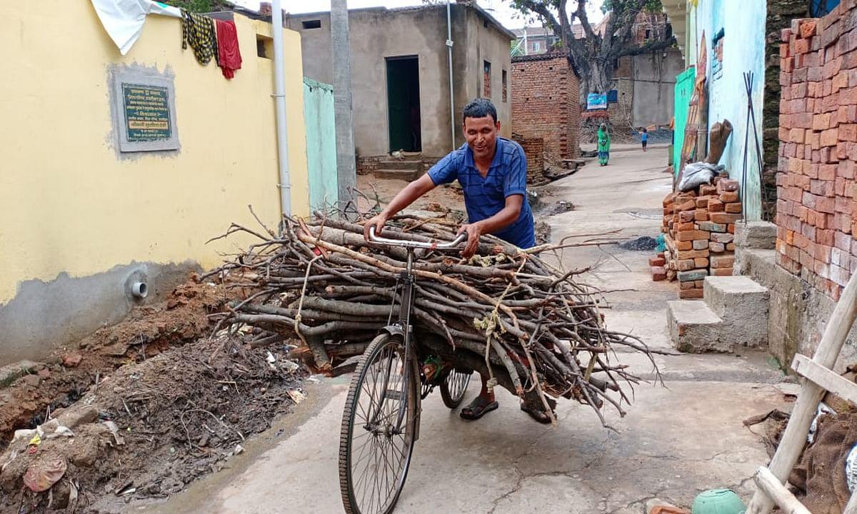 लॉकडाउन इम्पैक्ट : कभी करते थे राजमिस्त्री का काम, आज लकड़ी बेचने को मजबूर हैं सुनील