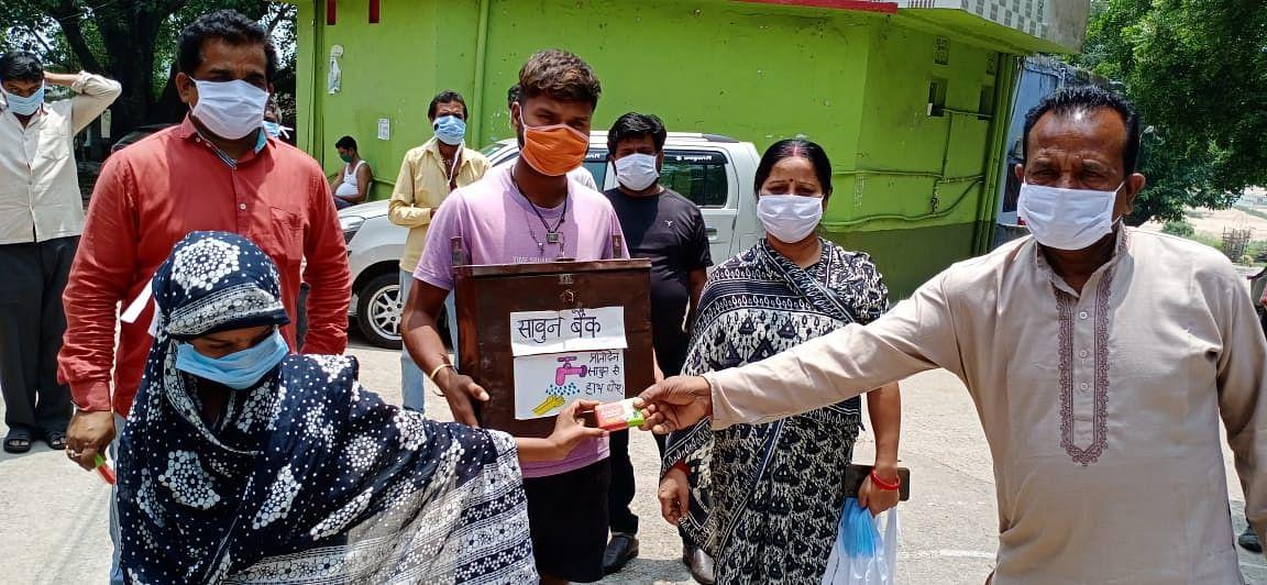 झारखंड के सरकारी स्कूलों के बच्चों से सीखिए जन्मदिन मनाना, कोरोना काल में भी साबुन बैंक से ये स्वच्छता दूत ग्रामीणों को पढ़ा रहे हैं स्वच्छता का पाठ