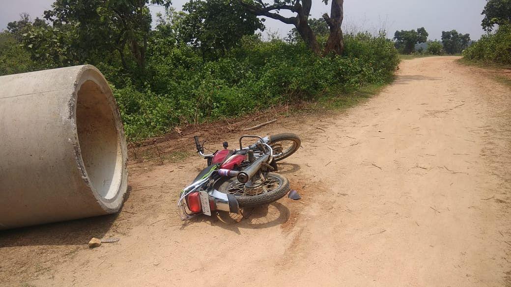 जंगल के पास सड़क पर पड़ी थी रामजीव की मोटरसाइकिल.