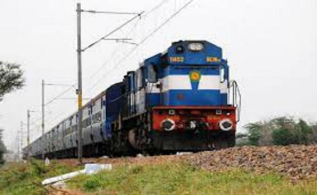 कुछ विशेष निर्देशों के साथ पटरियों पर रफ्तार पकड़ रही ट्रेनें, कंफर्म टिकट के बिना यात्रा नहीं