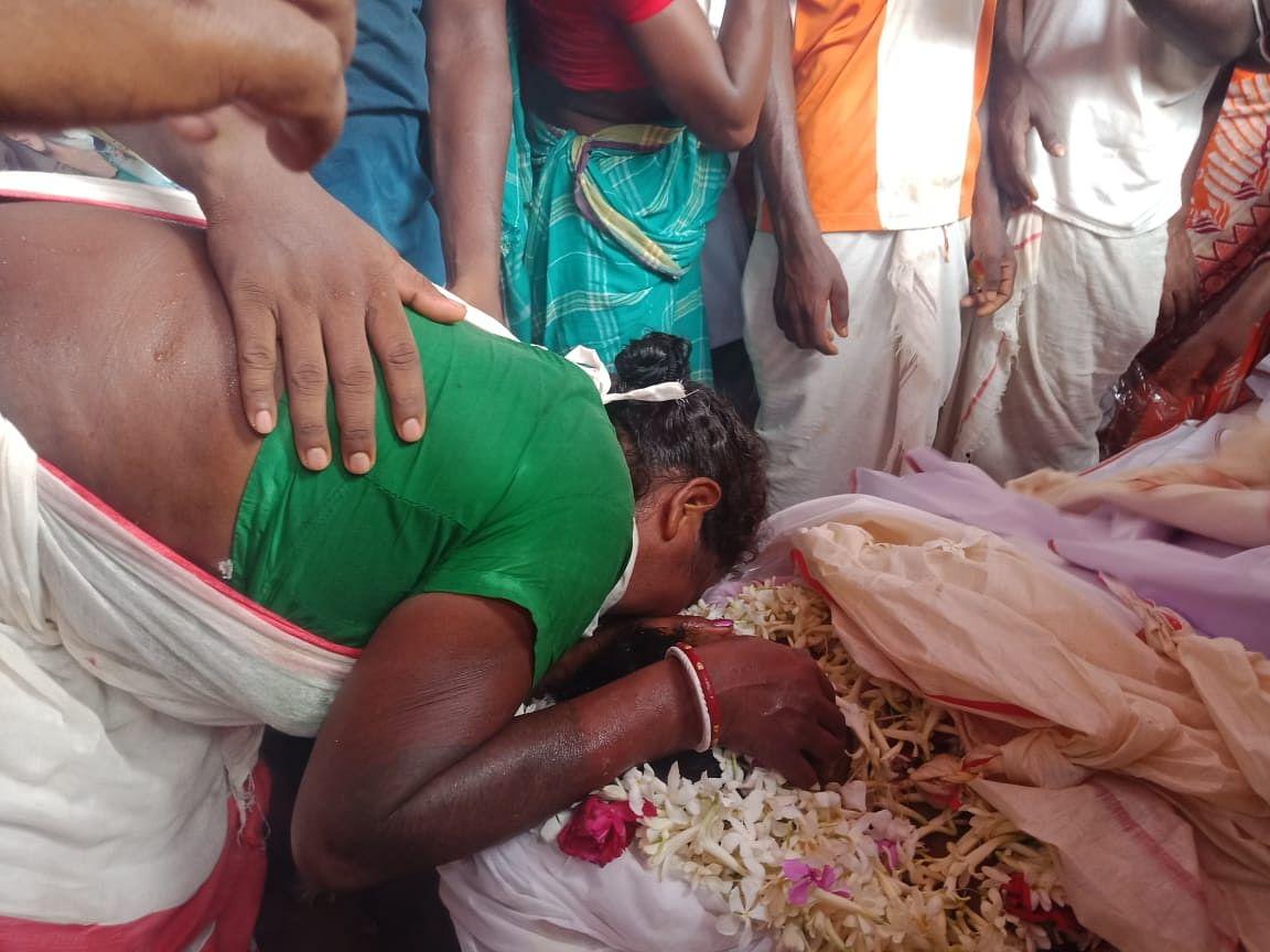 In PICS : शहीद गणेश हांसदा को श्रद्धांजलि देने उमड़ा जनसैलाब, बेटे के माथे को चूम दहाड़ें मारकर रोने लगी मां