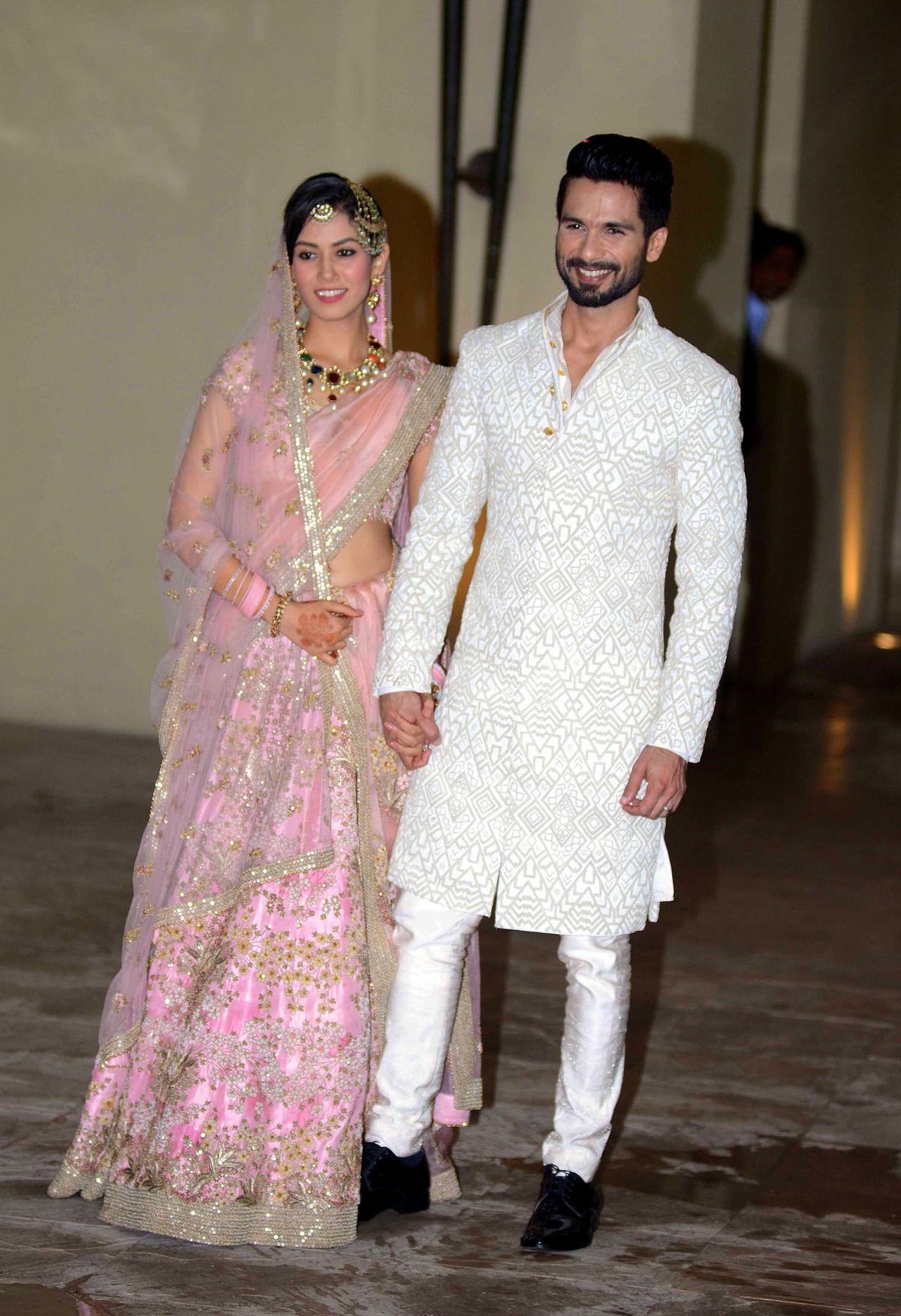शाहिद कपूर और मीरा राजपूत शादी के बाद पहली बार इस खूबसूरत अंदाज में मीडिया के सामने आए थे. फिलहाल यह कपल दोनों बच्चों के साथ एक क्वालिटी स्पेंड कर रहा है.