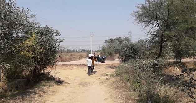 बरसात में 14 किलोमीटर लंबा हो जाता है इस गांव का रास्ता