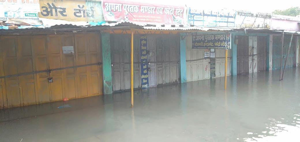 गोपालगंज में दुकानों में घुस रहा पानी