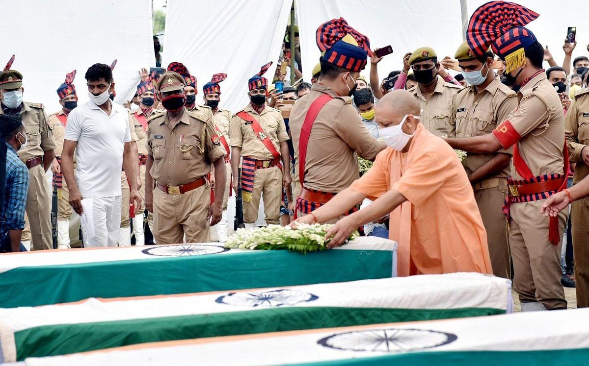 कानपुर मुठभेड़ : शहीद पुलिसकर्मियों का हुआ राजकीय सम्मान के साथ अंतिम संस्कार
