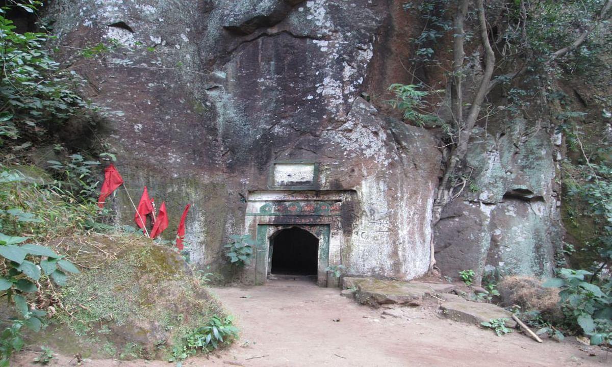 Jharkhand news : डूमारो जलप्रपात के बगल में 2 कमरों वाला प्राचीन गुफा.