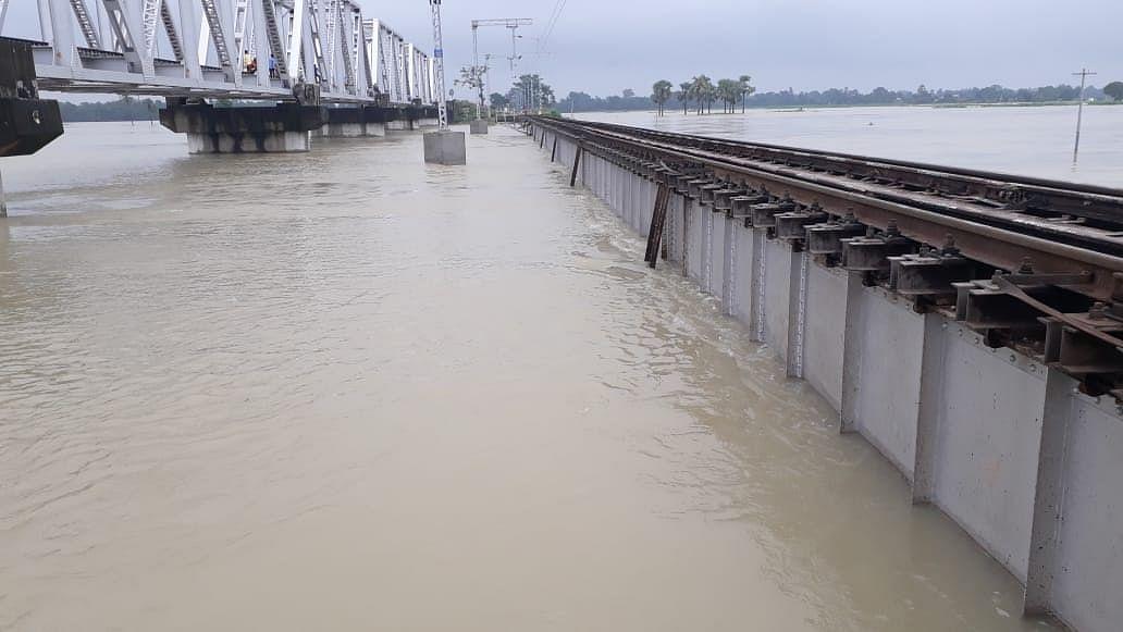 सभी नदियां खतरे के निशान से ऊपर, समस्तीपुर-दरभंगा रेलखंड के डाउन लाइन पर रोका गया ट्रेनों का परिचालन
