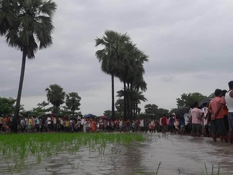 तालाब के किनारे ग्रामीणों की उमड़ी भीड़