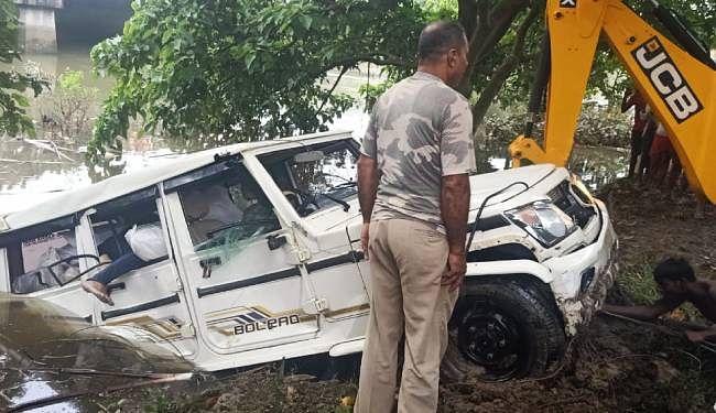 शराब से लदी बोलेरो बागमती में गिरी, एक व्यक्ति की मौत, जेसीबी लगा निकाला गया वाहन