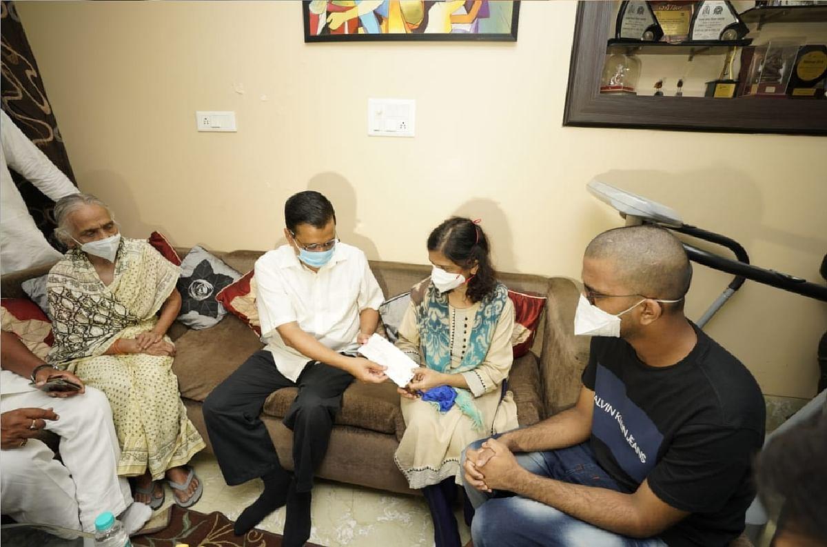केजरीवाल ने कोविड-19 से जान गंवाने वाले डॉक्टर के परिजनों को एक करोड़ रुपये का चेक सौंपा