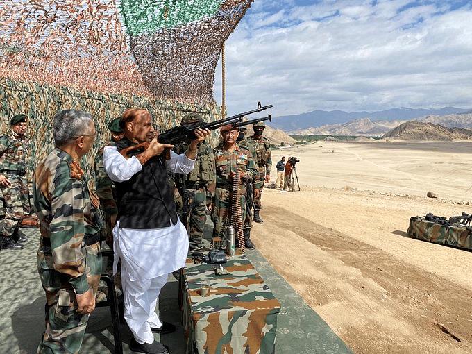 चीन के साथ तनाव के बीच लेह पहुंचे रक्षा मंत्री, सेना ने दिखाई ताकत, तो राजनाथ ने भी उठाई राइफल, देखें वीडियो