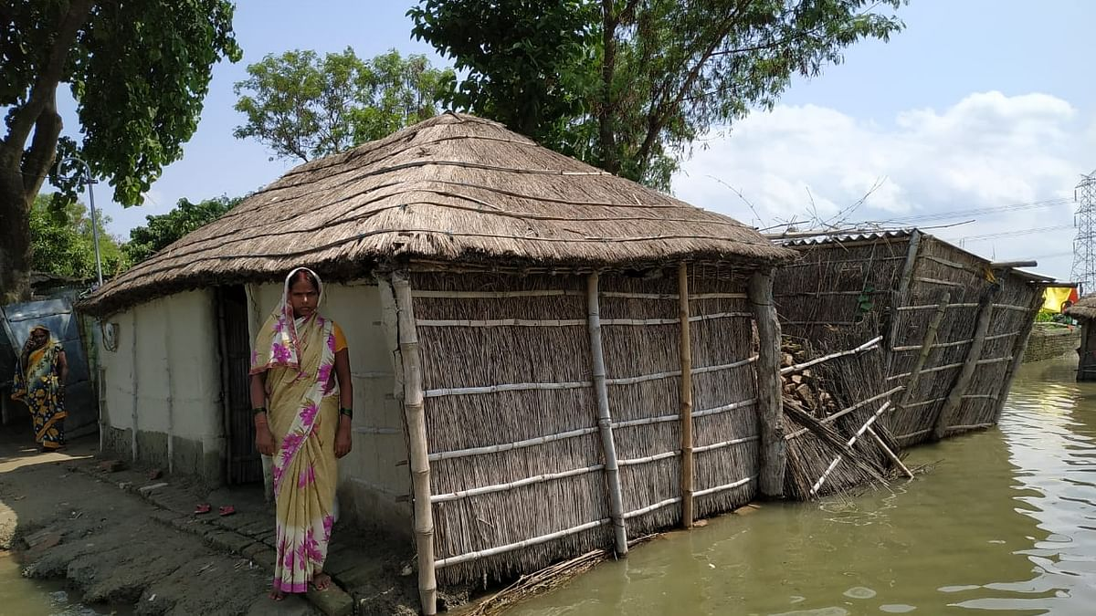 रेतुआ नदी की धारा में समाये काशर टोला गांव के डेढ़ दर्जन घर, बांध पर लोगों ने जमाया डेरा