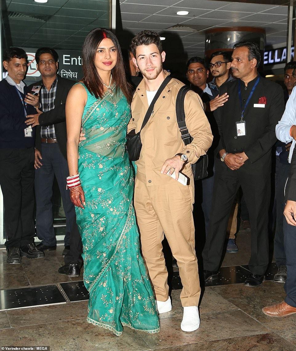 साल 2018 में प्रियंका और निक जोनास अपनी शादी के बाद जोधपुर हवाई अड्डे पर स्टाइलिश अंदाज में नजर आए थे. दोनों की केमिस्ट्री शानदार लग रही है.